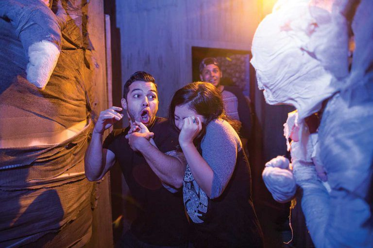 couple screaming at halloween horror nights